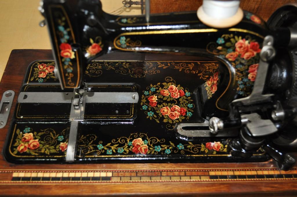 Antica macchina da cucire tedesca saxonia high arm family for Macchina cucitrice