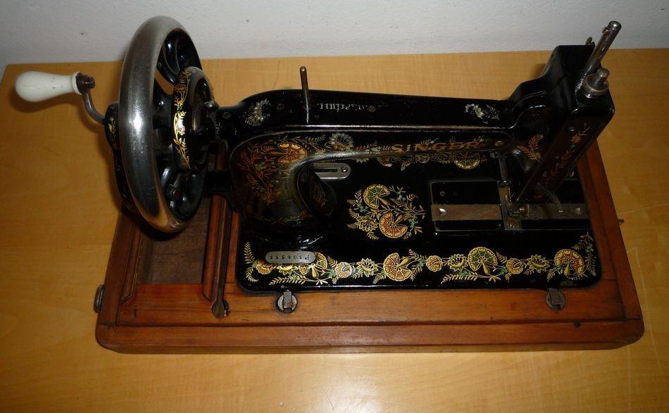 Antica macchina da cucire singer epoca primi 900 cose for Quanto costa macchina da cucire