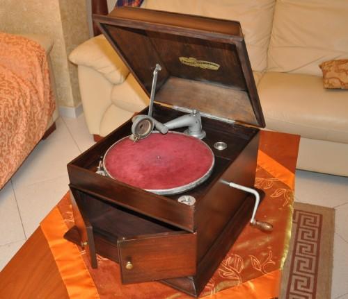 Antico Grammofono ,vecchio grammofono